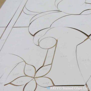 ステンドグラス 教室 Web-03 マリヨ スタイル 切り終えた型紙とカットしたガラス