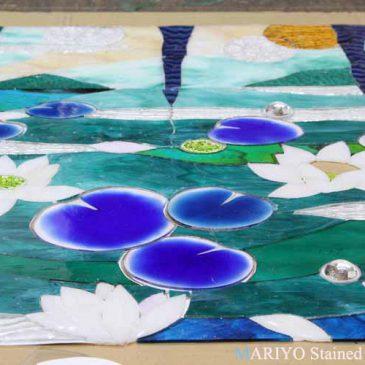 睡蓮 蓮の花のステンドグラス 電気炉と フュージング 材料 工房風景