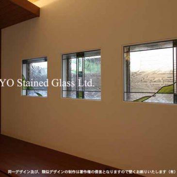 四角いステンドグラス窓