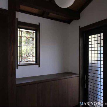 フランクロイドライト 調のステンドグラス 杉坂の家