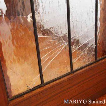 ドアのステンドグラス 誰が割ったの?(犬が割ったステンドグラス)