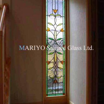 チューリップの花図柄のステンドグラス施工例