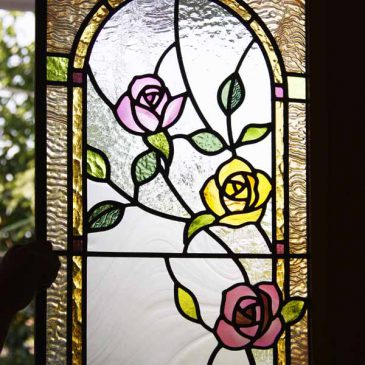 ステンドグラス バラ アーチ型のデザインで