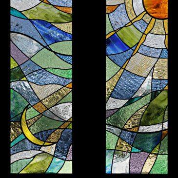 太陽と月をモチーフにしたステンドグラス