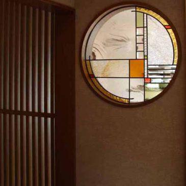 和室のステンドグラス(丸窓)