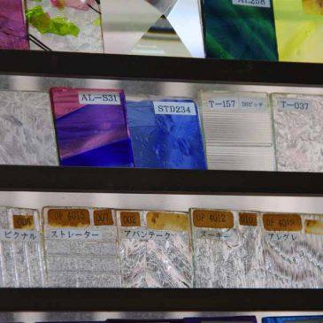 ステンドグラス材料 工房の小さな硝子サンプルが虹を作る