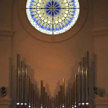 ステンドグラス 教会 十字架を背に・・・長野