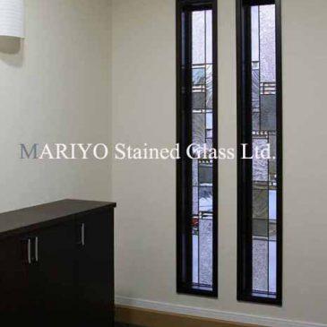 シンプルなデザインのステンドグラス  細長スリット