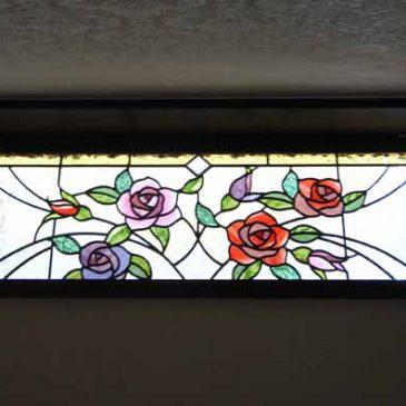 ばらが咲いた ステンドグラス 薔薇のデザイン ばらと雫