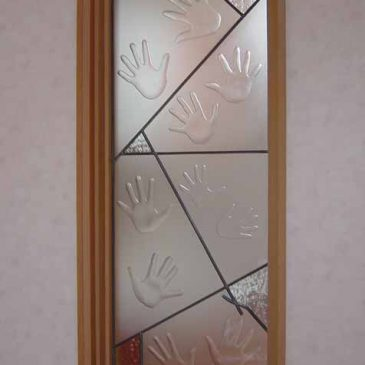 手の跡がいっぱい エッチンググラス 子供(孫)の 手の形