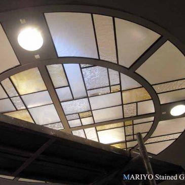深沢の家-1 ステンドグラス 天井 円形 トップライト 階段吹抜 施工例 マリヨステンド