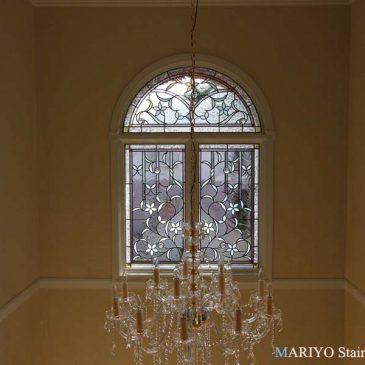 輸入住宅 | 玄関吹き抜け窓ステンドグラス施工例 | ペラ