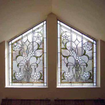 白い花のステンドグラス 勾配天井施工例 杉並区