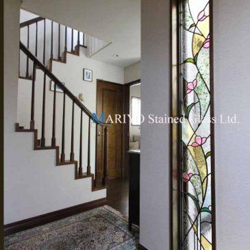 花柄のステンドグラス・玄関縦長サッシ窓