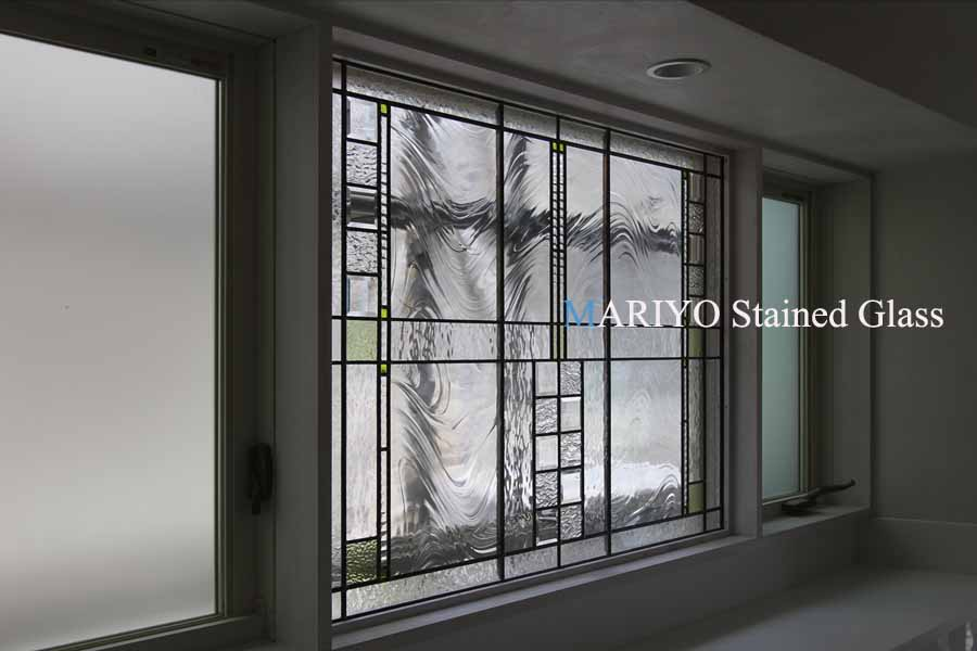 ステンドグラス窓と、タペストリーガラスの辷り出し窓