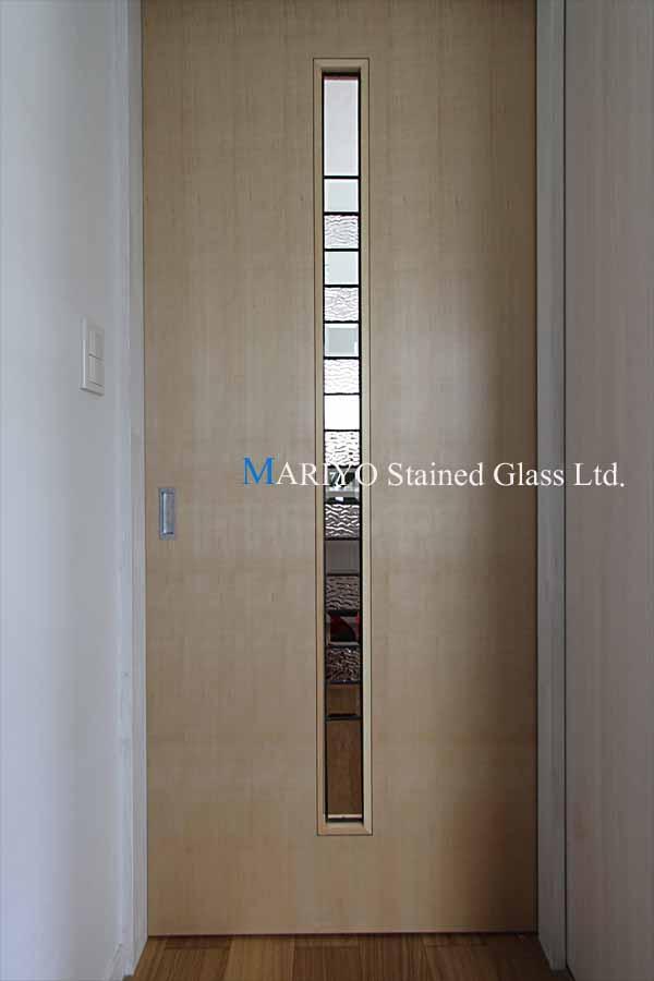窓と同系のデザインのドア用ステンドグラス