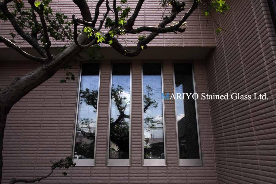 外から見たステンドグラス画像