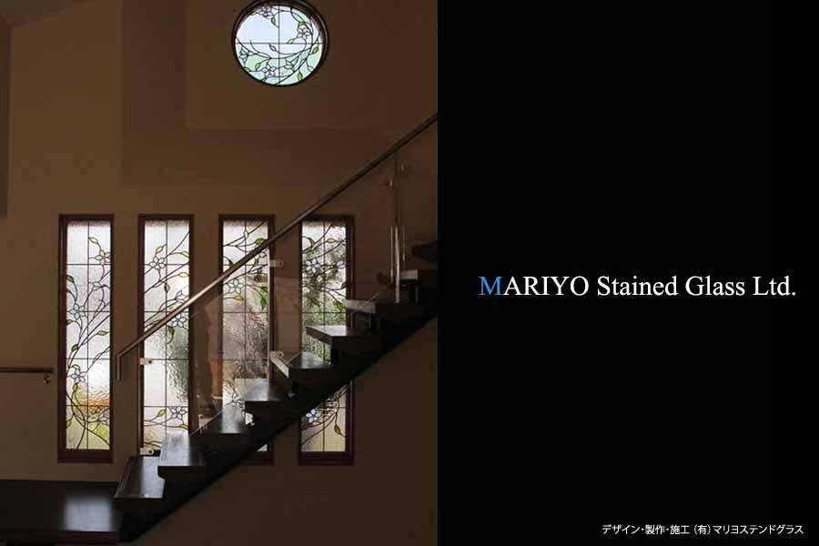 階段の連窓サッシと丸窓のステンドパネル