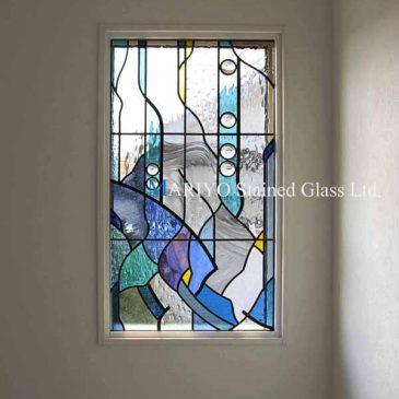 階段高窓のステンドグラス