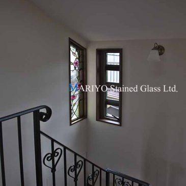 台形サッシ窓のステンドグラス