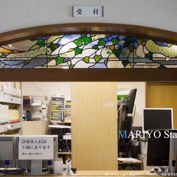欄間のステンドグラス 病院受付