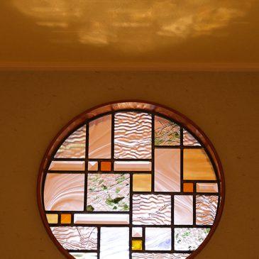 垂れ壁の丸窓ステンドグラス