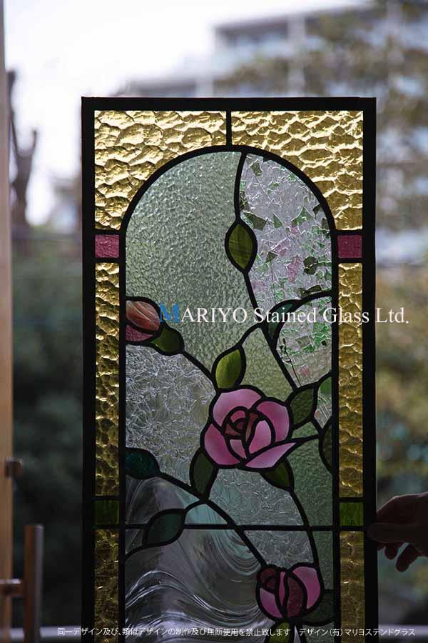 アーチをデザインで表現したバラのステンド画像