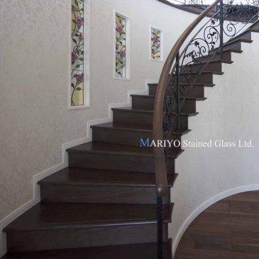バラのステンドグラス サーキュラー階段