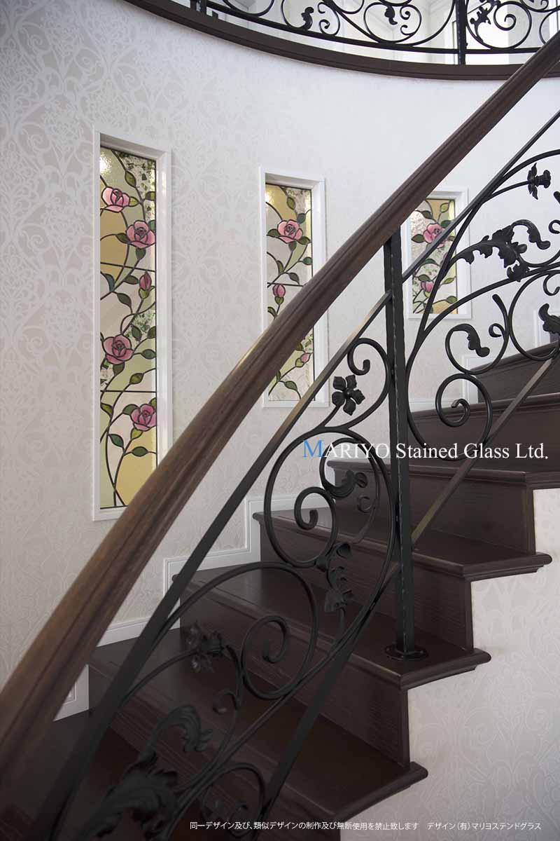 バラのステンドグラス 階段 3連窓-1