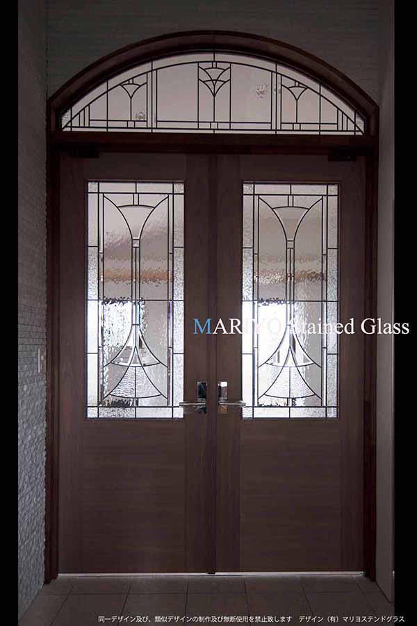 アール型ランマと両開戸のステンドグラス