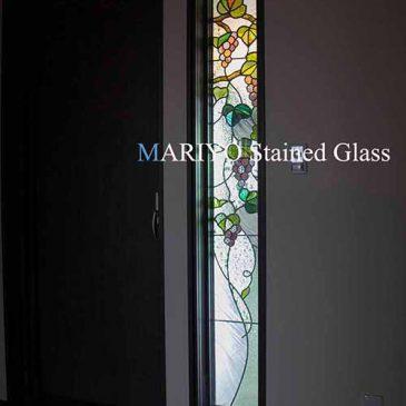 ブドウ図案のステンドグラス