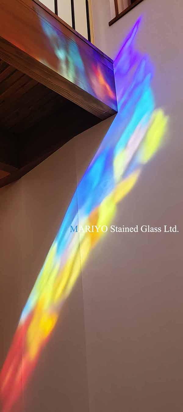 壁面の色の映り込みが綺麗なステンドグラス