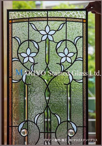 白い花のステンドグラス 工房撮影した部分画像