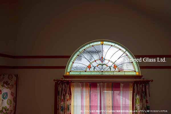 アーチ型ステンドグラス とカーテン