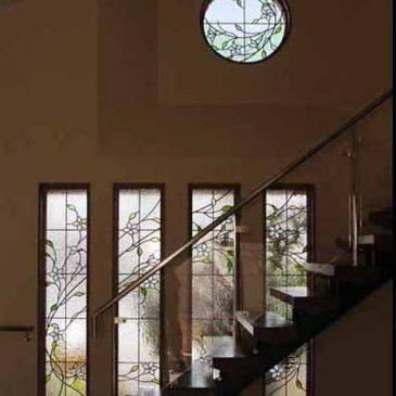 清らかな4連窓のステンドグラスと丸窓