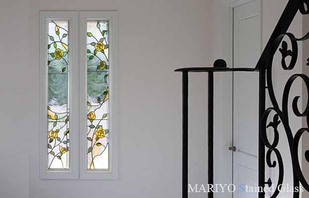 バラやブドウのステンドグラス